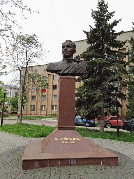 памятник основателю ОУН Евгению Коновальцу