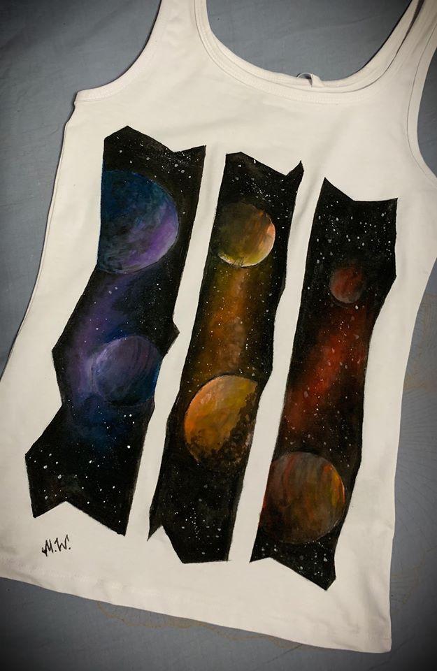 <p>Роспись футболки красками - космос</p>